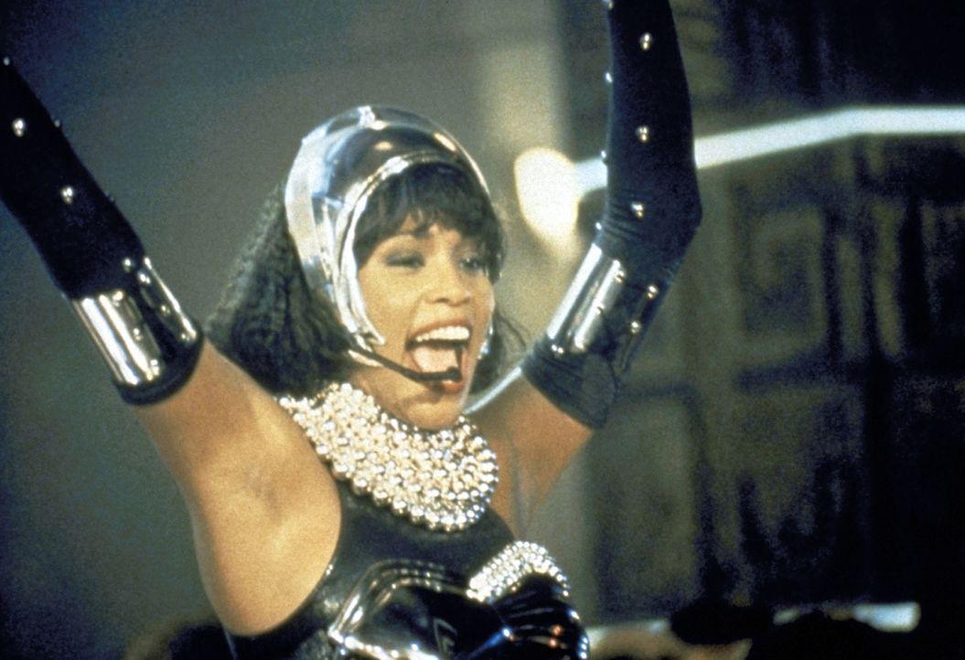 Die selbstbewusste Rachel (Whitney Houston) ahnt nicht, dass der obszöne Briefeschreiber bereits einmal heimlich in ihr Haus eingedrungen ist. - Bildquelle: Warner Bros.