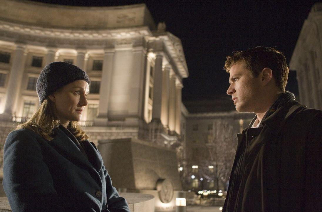 Special Agent Kate Burroughs (Laura Linney, l.) will Robert Hanssen endlich im Knast sehen. Die Behörden sind ihm schon länger auf den Fersen, konnt... - Bildquelle: Universal Pictures