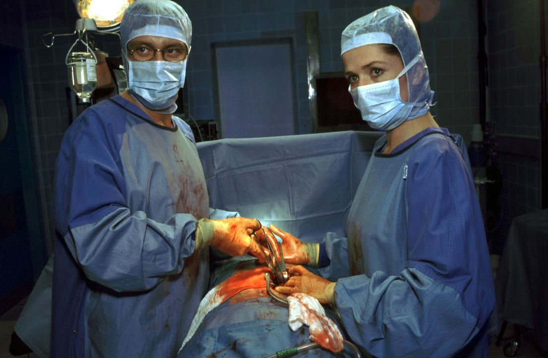 Dr. Christian Ritter (Andreas Maria Schwaiger, l.) und Dr. Johanna Kaminski (Iris Böhm, r.) operieren Nils, der mitten in der Nacht aus ungeklärten... - Bildquelle: Christina Kurby Sat.1