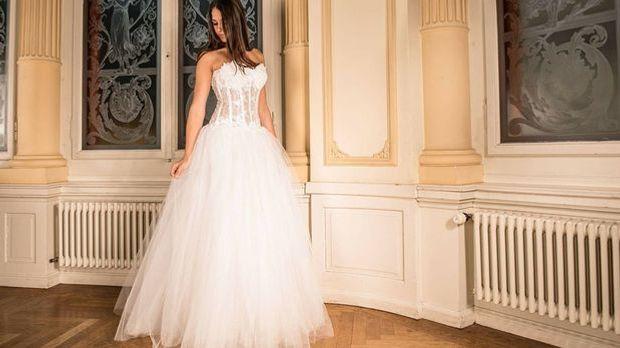 Für Frauen das wohl Wichtigste bei ihrer Hochzeit: das Brautkleid. Ein Ballkl...