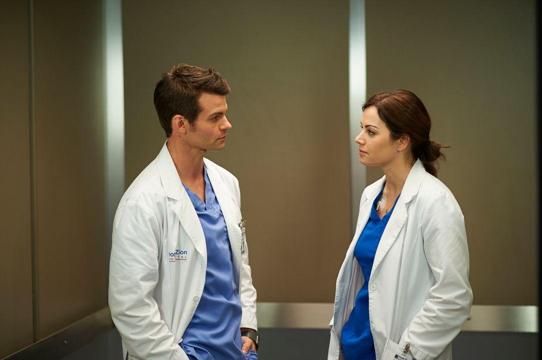 Noch ahnt Joel (Daniel Gillies, l.) nicht, wie schlecht es um Alex' (Erica Durance, r.) Gesundheit wirklich steht ... - Bildquelle: 2012  Hope Zee One Inc.