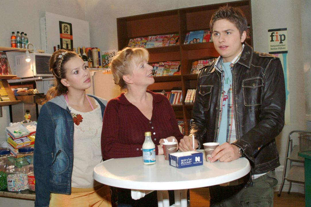 Timo (Matthias Dietrich, r.) beschwert sich gegenüber Helga (Ulrike Mai, M.) und Hannah (Laura Osswald, l.) über die Aufgaben, die beim Maskenball... - Bildquelle: Monika Schürle Sat.1