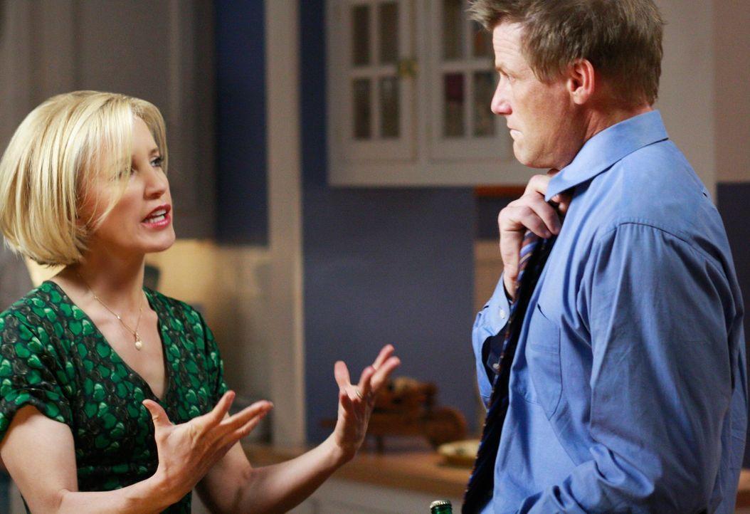 WeilTom (Doug Savant, r.) sich einer Schönheitsoperation unterziehen möchte, damit seine Chancen auf einen neuen Job steigen, platzt Lynette (Felici... - Bildquelle: ABC Studios