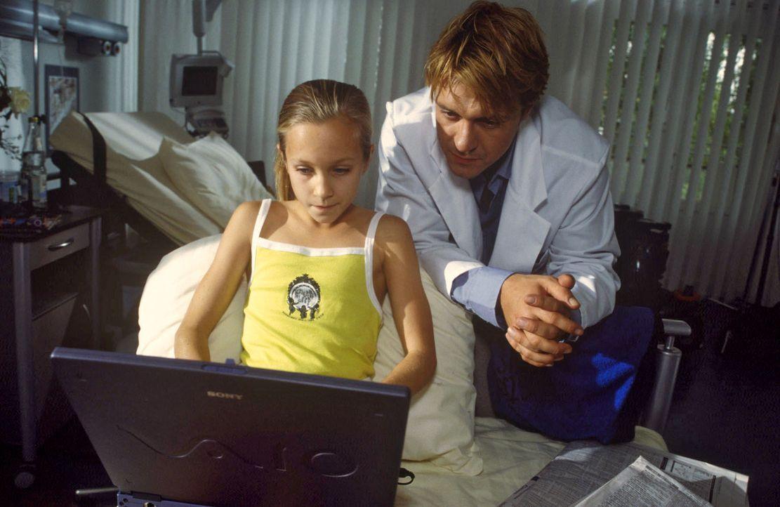 Die zehnjährige Tilla (Cäcilia Suworowa, l.) ist ein echter Börsenprofi und Aktienspekulantin. Dank Prof. Beckmanns Laptop kann sie die gesamte Ärzt... - Bildquelle: Christina Kurby Sat.1