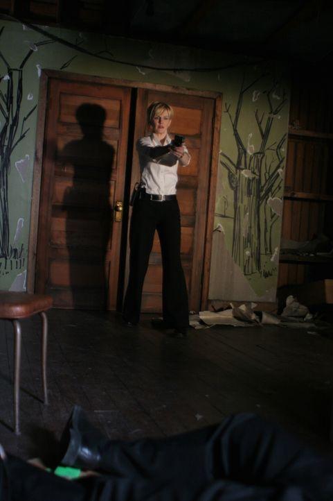 Als sie das Haus des Verdächtigen betritt, macht Det. Lilly Rush (Kathryn Morris) eine erschreckende Entdeckung ... - Bildquelle: Warner Bros. Television