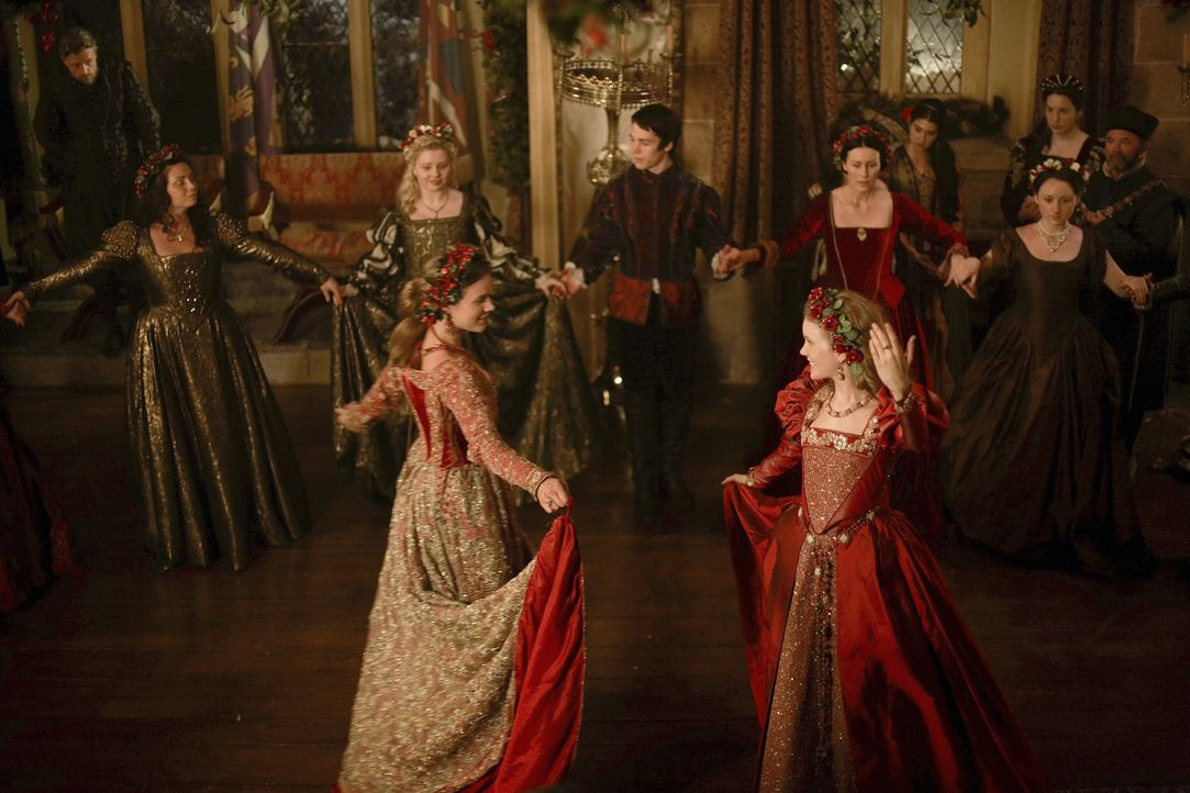 Während der gealterte Henry VIII. am Abend der Weihnachtsfeier früh zu Bett geht, feiern seine jungen Hofmitglieder munter weiter: Königin Cather... - Bildquelle: 2010 TM Productions Limited/PA Tudors Inc. An Ireland-Canada Co-Production. All Rights Reserved.