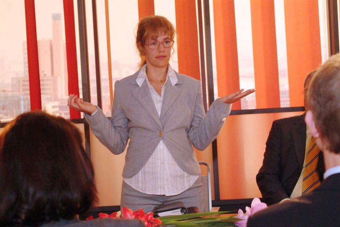 Die neue Mehrheitseignerin Lisa (Alexandra Neldel, M.) trifft zur Überraschung von allen auf der Vorstandssitzung eine kluge und diplomatische Ents... - Bildquelle: Monika Schürle Sat.1
