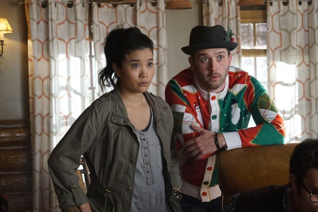 Eigentlich hatte Toby (Eddie Kaye Thomas, r.) geplant, ein perfektes Weihnachtsfest für Happy (Jadyn Wong, l.) zu organisieren, doch dann kommt mal... - Bildquelle: Monty Brinton 2016 CBS Broadcasting, Inc. All Rights Reserved.
