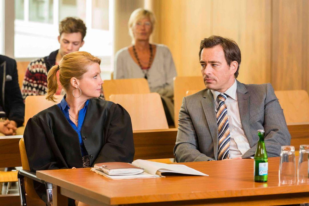 Dannis (Annette Frier, l.) neuer Mandant ist Olli (Jan Sosniok, r.). Sie ist geschockt, als sie erfährt, dass Olli sexuelle Belästigung am Arbeitspl... - Bildquelle: Frank Dicks SAT.1