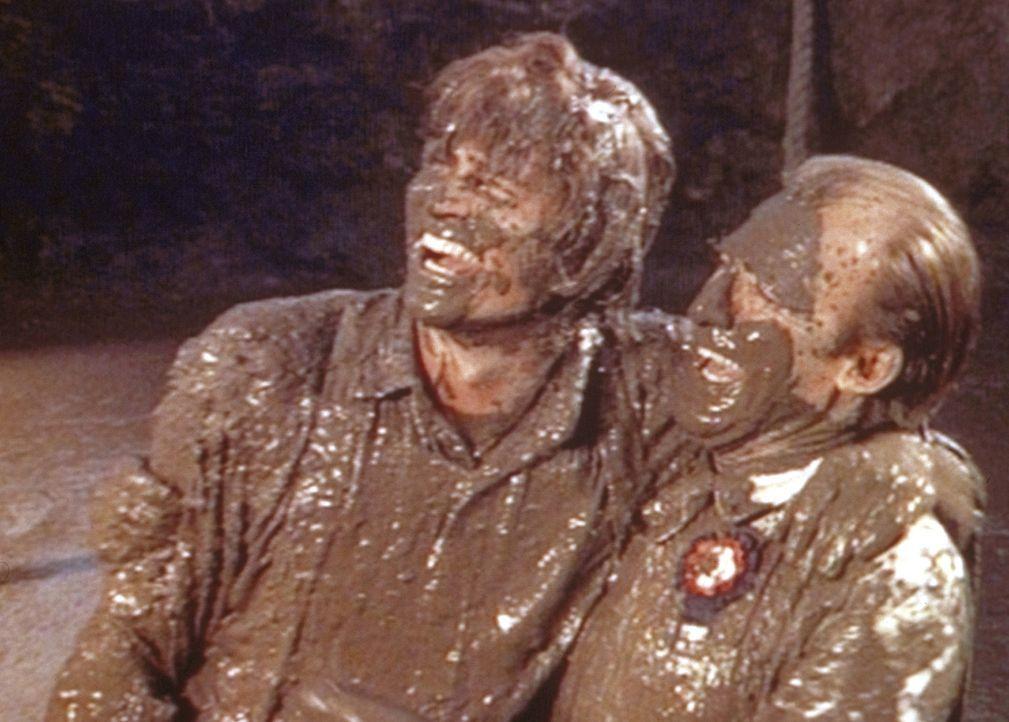 Das Tauziehen zwischen Charles (Michael Landon, l.) und Mr. Oleson (Richard Bull, r.) wird zur Schlammschlacht. - Bildquelle: Worldvision