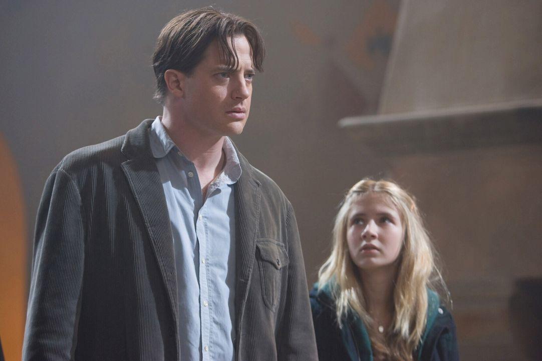 """Mo (Brendan Fraser, l.) muss mit Entsetzen feststellen, dass er sich und seine Tochter Meggie (Eliza Bennett, r.) in die Welt von """"Tintenherz"""" geles... - Bildquelle: Warner Brothers"""