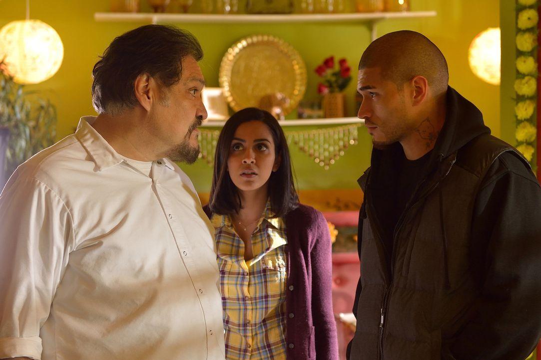 Gus (Miguel Gomez, r.) ist nach dem Tod von Vaun wieder auf sich alleine gestellt. Werden ihm der ehemalige Schauspieler Angel (Joaquín Cosio, l.) u... - Bildquelle: 2015 Fox and its related entities. All rights reserved.