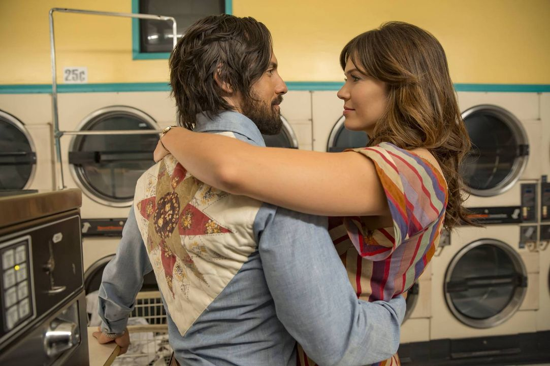 Als Rebecca (Mandy Moore, r.) zum ersten Mal seit Jahren wieder arbeiten geht, erkennen sie und Jack (Milo Ventimiglia, l.), dass sie sich voneinand... - Bildquelle: Ron Batzdorff 2016-2017 Twentieth Century Fox Film Corporation.  All rights reserved.   2017 NBCUniversal Media, LLC.  All rights reserved.