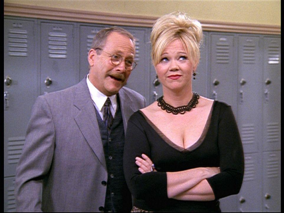 Hilda (Caroline Rhea, r.) versucht mit ihrem ganzen Charme, Willard Krafts (Martin Mull, l.) Zuneigung zu überprüfen, da er Zelda zu einem Tanzfes... - Bildquelle: Paramount Pictures