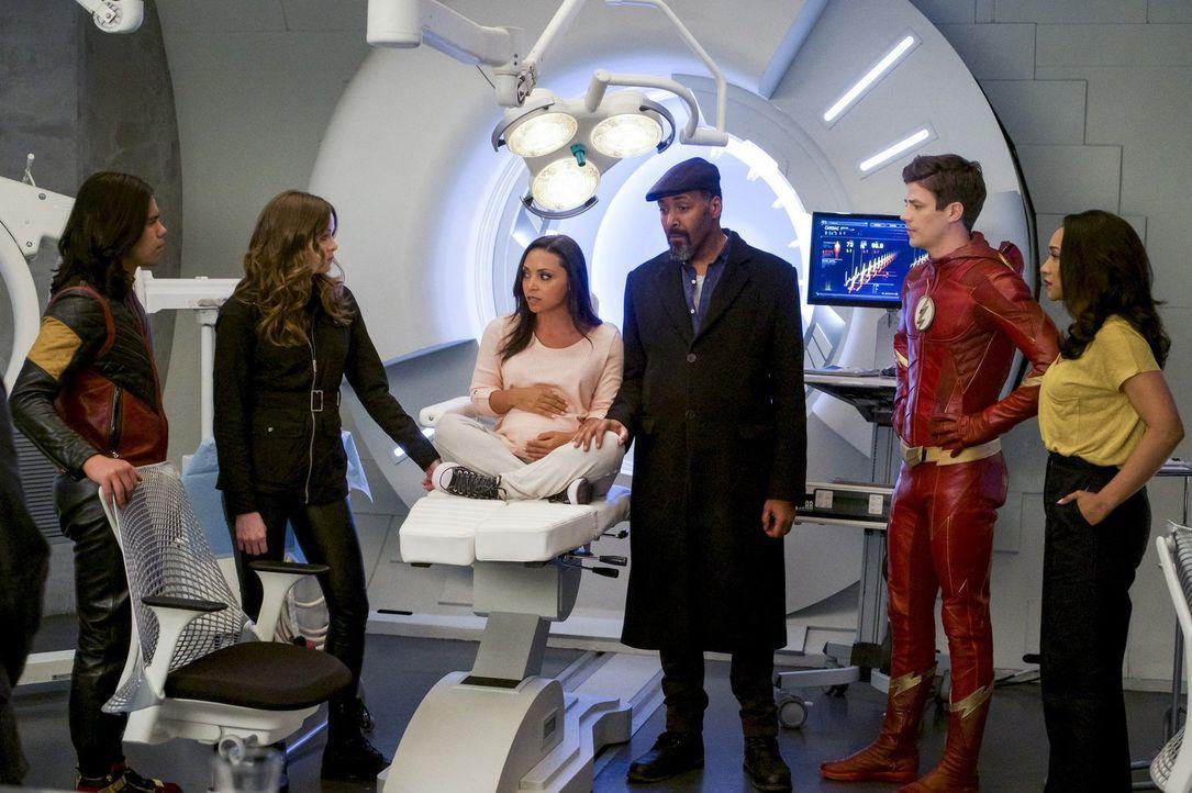 Müssen sich nicht nur um DeVoe und seinen finalen Schlag gegen die Menschheit, sondern auch um die schwangere Cecile (Danielle Nicolet, 3.v.l.) kümm... - Bildquelle: 2017 Warner Bros.