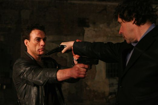 Until Death - Als Anthony Stowe (Jean-Claude Van Damme, l.) Monate später aus...