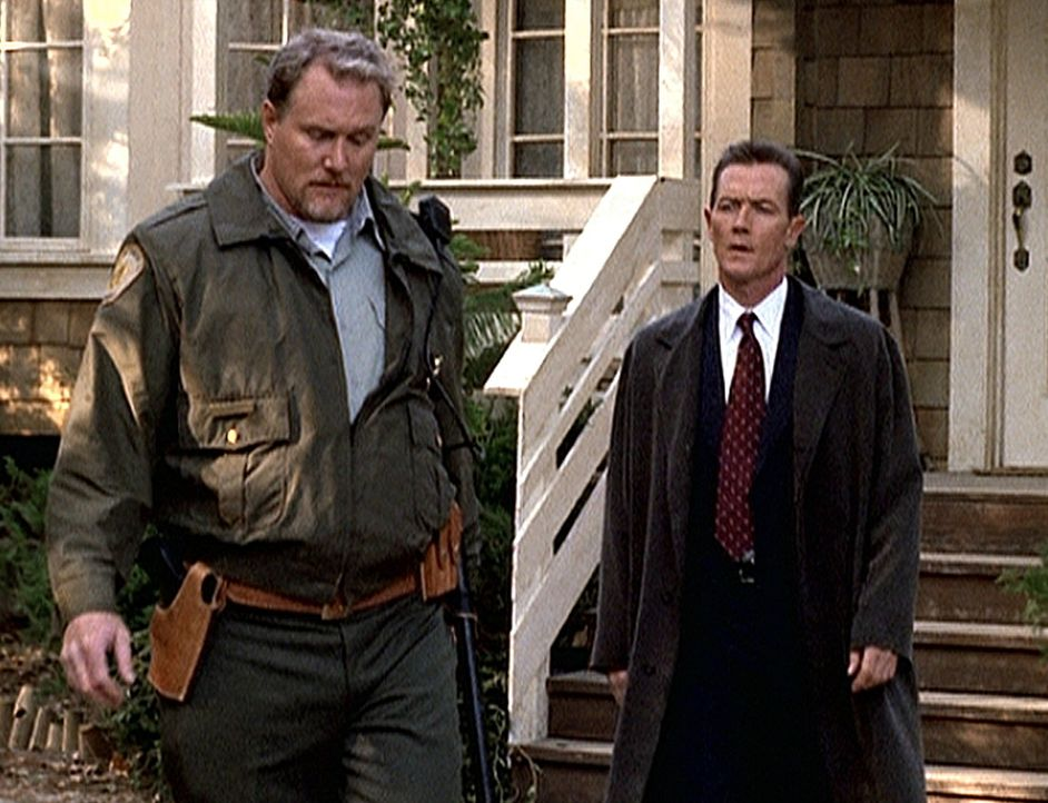Doggett (Robert Patrick, r.) hat den Verdacht, dass Sheriff Frey (Michael McGrady, l.) mehr über den Tod des Obdachlosen weiß, als er zugibt. - Bildquelle: TM +   2000 Twentieth Century Fox Film Corporation. All Rights Reserved.