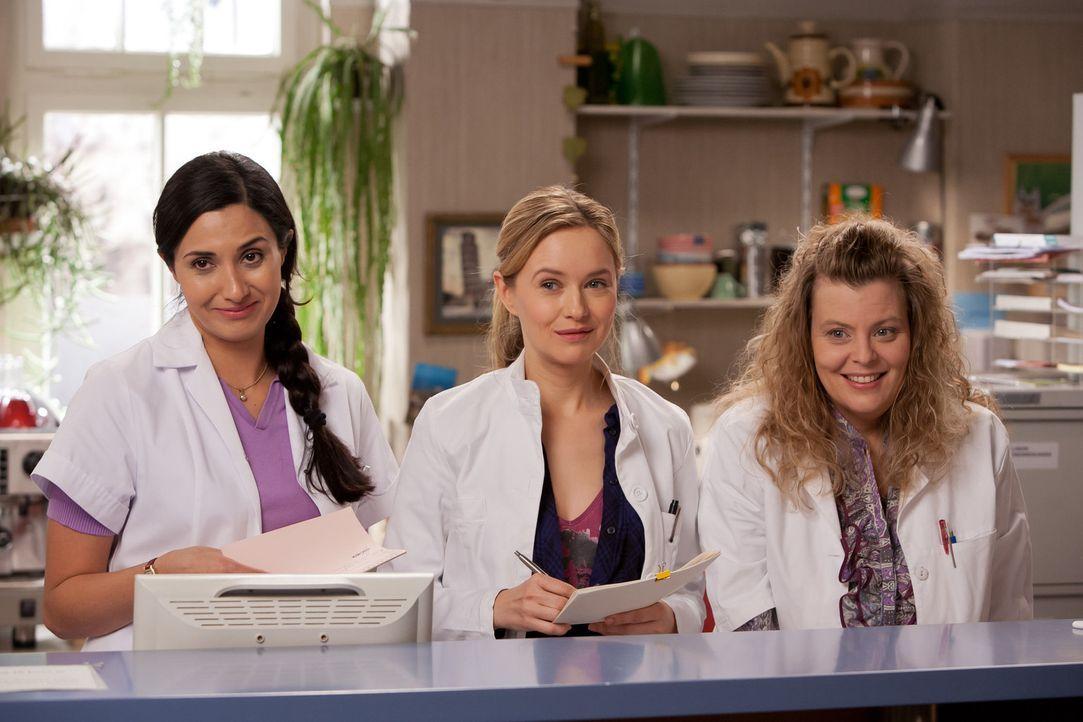 (1.Staffel) - Stehen dem neuen Arzt David Heller zunächst mit sehr gemischten Gefühlen gegenüber: Dr. Nina Hansen (Stefanie Stappenbeck, M.), Arzthe... - Bildquelle: Conny Klein SAT.1