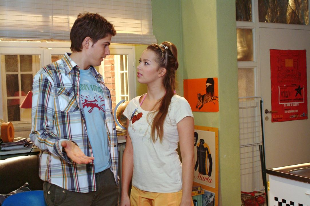 Timo (Matthias Dietrich, l.) gibt vor, Hannah (Laura Osswald, r.) bei der Suche nach einem Nachmieter für Yvonne unterstützen zu wollen - lässt a... - Bildquelle: Monika Schürle Sat.1