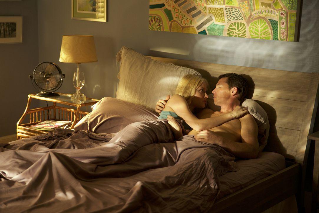 Lässt sich Lee Anne (Georgina Haig, l.) doch wieder auf Terry (Shawn Hatosy, r.) ein? - Bildquelle: 2013 CBS BROADCASTING INC. ALL RIGHTS RESERVED.