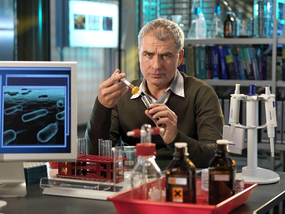 Paul Schneider (Hansa Czypionka) ist der Biologe und Molekulargenetiker des R.I.S.-Teams. Als Wissenschaftler ist er eine Legende. Privat hadert er... - Bildquelle: Stephan Rabold Sat.1