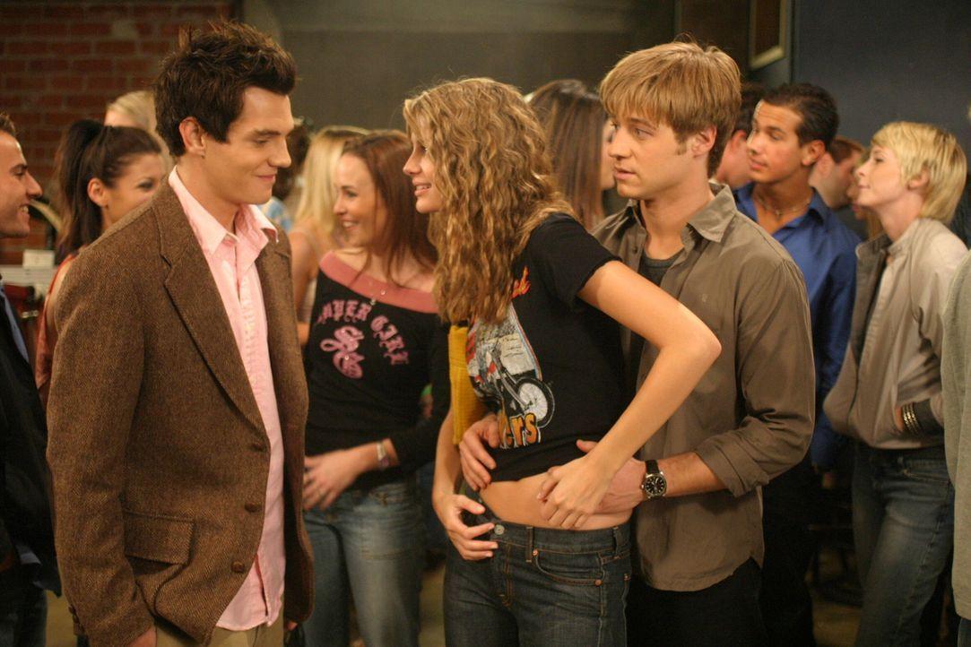 Ryan (Benjamin McKenzie, r.) kommt mit der Freundschaft zwischen Marissa (Mischa Barton, M.) und Oliver (Taylor Handley, l.) nicht klar. Trotzdem ve... - Bildquelle: Warner Bros. Television