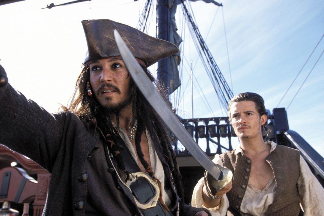 Als Elizabeth von Barbossas Männern verschleppt wird, machen sich Will (Orlando Bloom, r.) und Jack Sparrow (Johnny Depp, l.) zusammen an die Verfol... - Bildquelle: Disney/ Jerry Bruckheimer