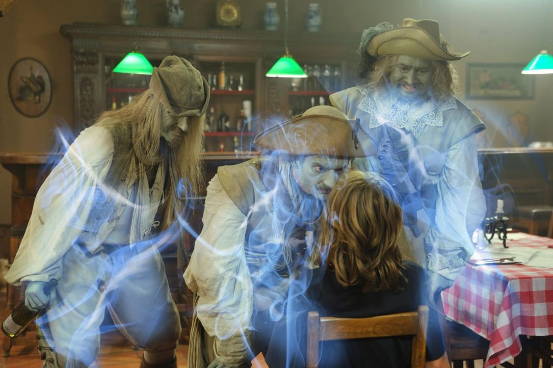Zunächst will niemand Niko (Tobias Kulzer, vorne) Glauben schenken, dass im Spessart die Geister los sind. Doch dann treten Mops (Alexander Hörbe, r... - Bildquelle: Hardy Spitz SAT.1