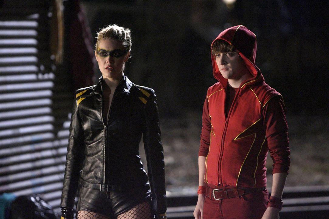 Weil Clark sich weigert, Davis zu töten, ziehen Dinah (Alaina Huffman, l.) und Bart (Kyle Gallner, r.) ohne ihn in den Kampf ... - Bildquelle: Warner Bros.