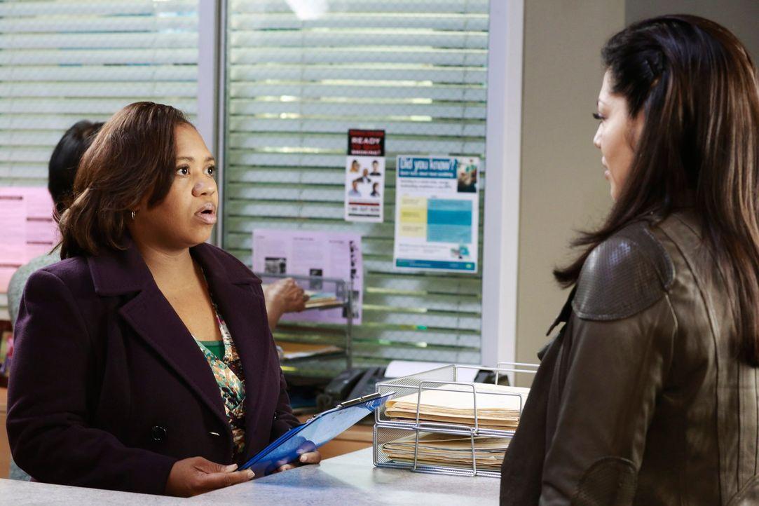 Während Callie (Sara Ramirez, r.) glaubt, dass Derek wohl nie wieder operieren kann, hat Bailey (Chandra Wilson, l.) einen Plan, um Arizona dazu zu... - Bildquelle: ABC Studios