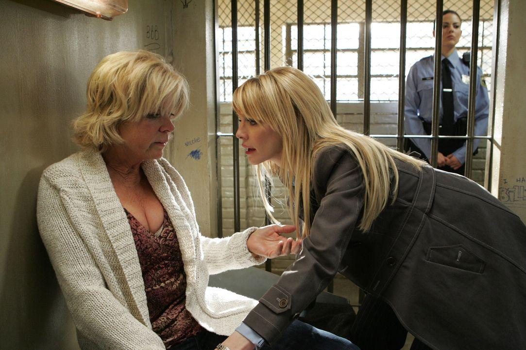 Lilly (Kathryn Morris, M.) besucht Ihre Mutter Ellen (Meredith Baxter, l.) ... - Bildquelle: Warner Bros. Television