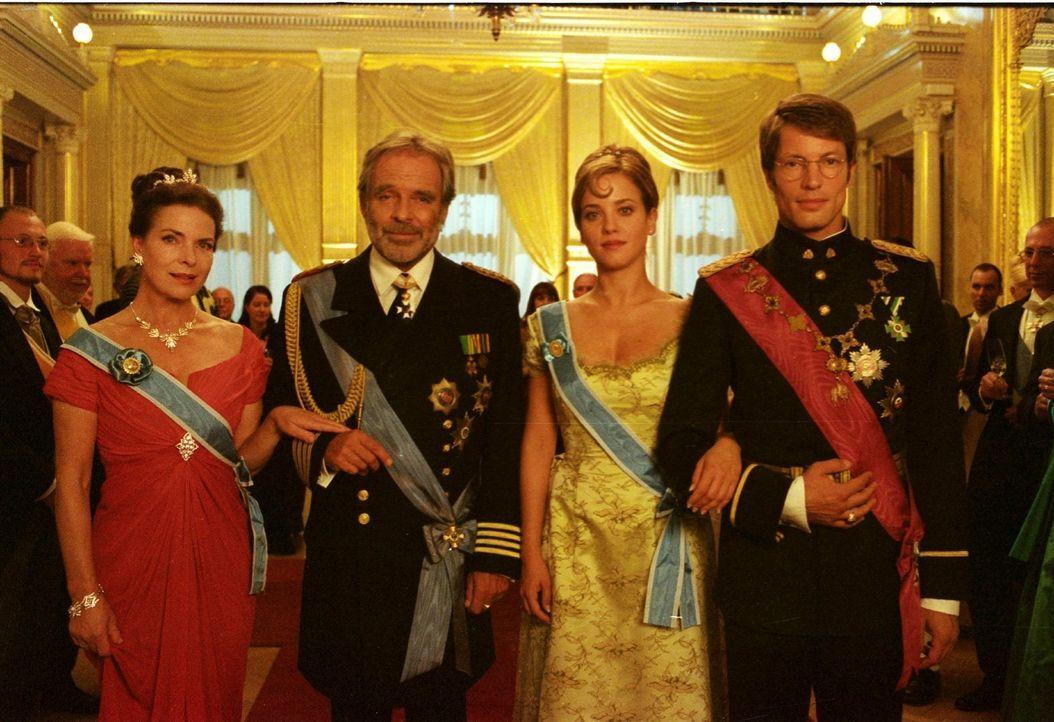 Kronprinzessin Isabella von Luxenstein (Muriel Baumeister, 2.v.r.) hat alles, was sie sich wünschen kann: In der Königin (Gudrun Landgrebe, l.) und... - Bildquelle: Noreen Flynn Sat.1