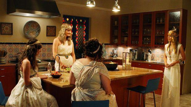 Naomi (AnnaLynne McCord, r.) hat sich in die Schwesternschaft von Alana (Sara...