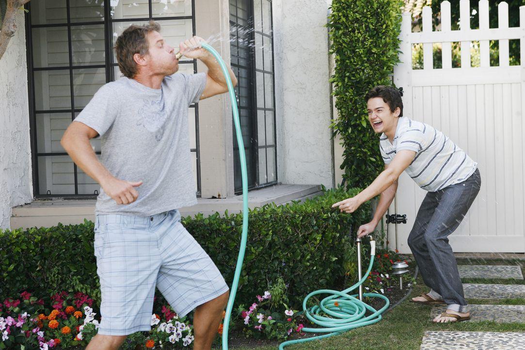 Bobby (Brian Van Holt, l.) versucht, Gemeinsamkeiten von sich und Travis (Dan Byrd, r.) zu finden, doch das ist gar nicht so einfach ... - Bildquelle: 2009 ABC INC.
