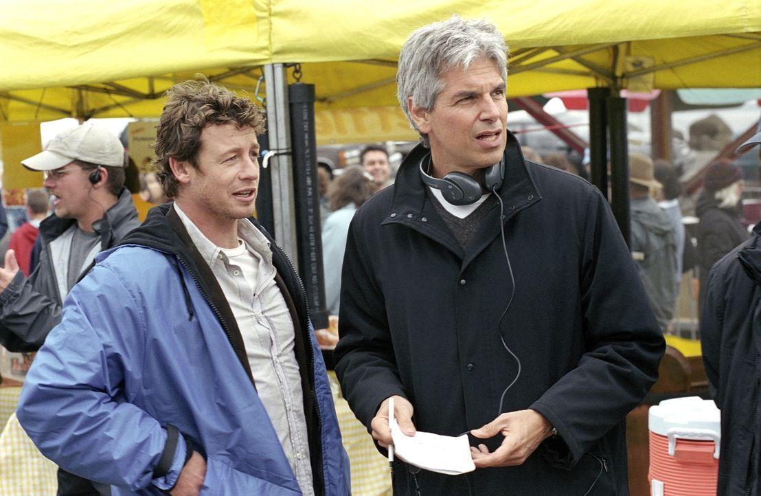 """Bei den Dreharbeiten zu """"Ring 2"""": Simon Baker (l.) und Produzent Walter F. Parkes (r.) ... - Bildquelle: DreamWorks SKG"""