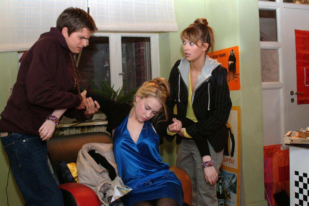 Die neue Mitbewohnerin Kim (Lara-Isabelle Rentinck, M.) hat das totale Chaos in der WG angerichtet. Während Hannah (Laura Osswald, r.) noch Verständ... - Bildquelle: Monika Schürle Sat.1