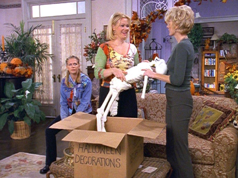 Tante Hilda (Caroline Rhea, M.) und Tante Zelda (Beth Broderick, r.) versuchen alles, um einen gruseligen Halloween-Abend zu gestalten. Sabrina (Mel... - Bildquelle: Paramount Pictures