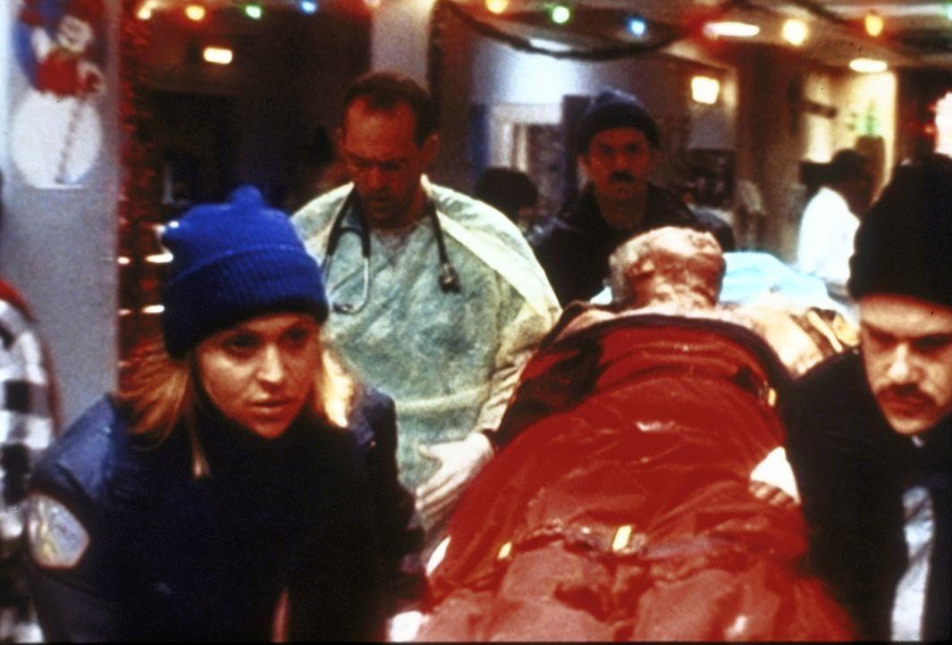 Als ein Obdachloser mit überaus schweren Brandverletzungen eingeliefert wird, ist das Können von Dr. Greene (Anthony Edwards, 2.v.l.) gefragt ... - Bildquelle: TM+  2000 WARNER BROS.