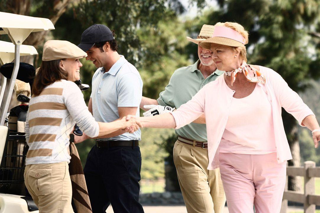 Treffen auf dem Golfplatz aufeinander: Sloane Dodelson (Janet Carroll, r.) und Nora (Sally Field, l.) ... - Bildquelle: Disney - ABC International Television