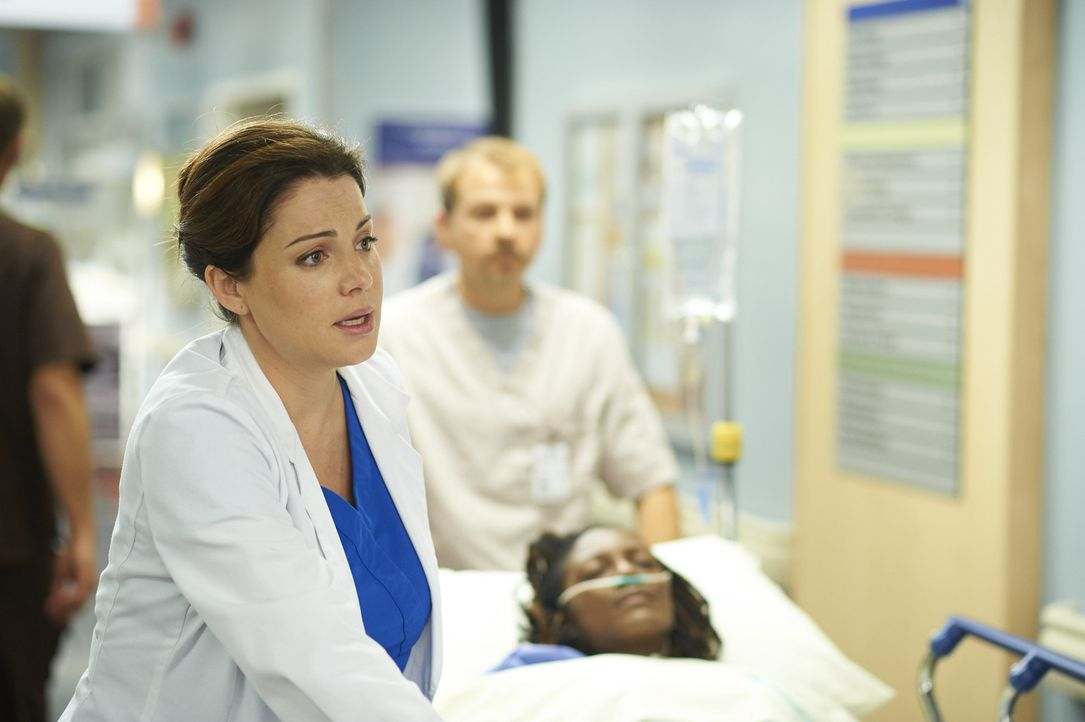 Während Alex (Erica Durance) einer Patientin keine Herz geben kann, weil ein anderer Patient darauf besteht, es zu erhalten, hat Joel einen Patiente... - Bildquelle: Ken Woroner 2014 Hope Zee Three Inc.