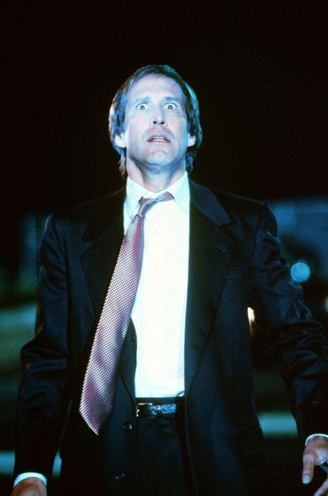 Aufgrund eines nuklearen Unfalls verändert sich Nick Halloways (Chevy Chase) lockeres Leben schlagartig ... - Bildquelle: Warner Bros.