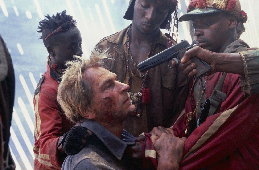 Nach dem Flugzeugabsturz gerät Gary (Julian Sands, M.) in die Hände von blutjungen Guerillas, die vor dem Bürgerkrieg in Angola geflohen sind ... - Bildquelle: Gaumont