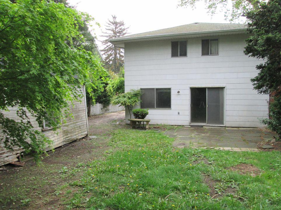 Den Hinterhof ihres günstig erworbenen Hauses wollen Chrissy und Eric vollkommen umgestalten, doch Erfahrungen mit solch einem Großprojekt haben sie... - Bildquelle: 2014, DIY Network's/Scripps Network's, LLC.