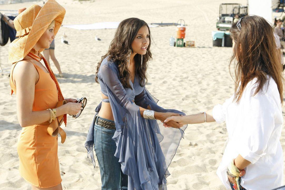 Noch freuen sich Ella (Katie Cassidy, l.) und Riley (Jessica Lucas, M.), dass Jo (Daphne Zuniga, r.) das Shooting macht - doch das wird sich schon b... - Bildquelle: 2009 The CW Network, LLC. All rights reserved.