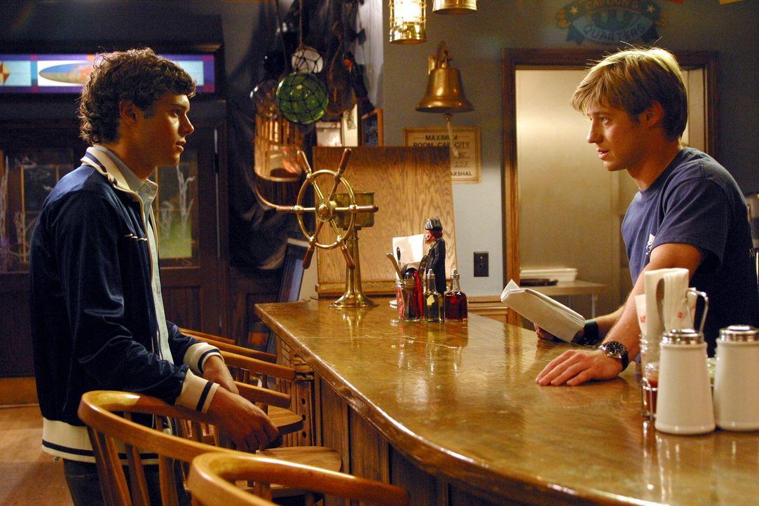 Seth (Adam Brody, l.) trägt es mit Fassung, dass Ryan (Benjamin McKenzie, r.) nur noch wenig Zeit für ihn hat und will sich verstärkt seinem Roma... - Bildquelle: Warner Bros. Television