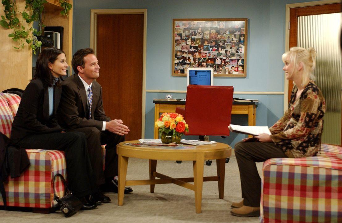 Trotz eines Fehlers der Adoptionsagentur, können Chandler (Matthew Perry, M.) und Monica (Courteney Cox, l.), Erica (Anna Faris, r.) überzeugen ... - Bildquelle: 2003 Warner Brothers International Television