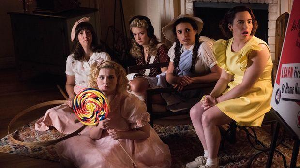 Lassen sich von Chanel für eine Themen-Dinner Party einspannen, mit der sie B...