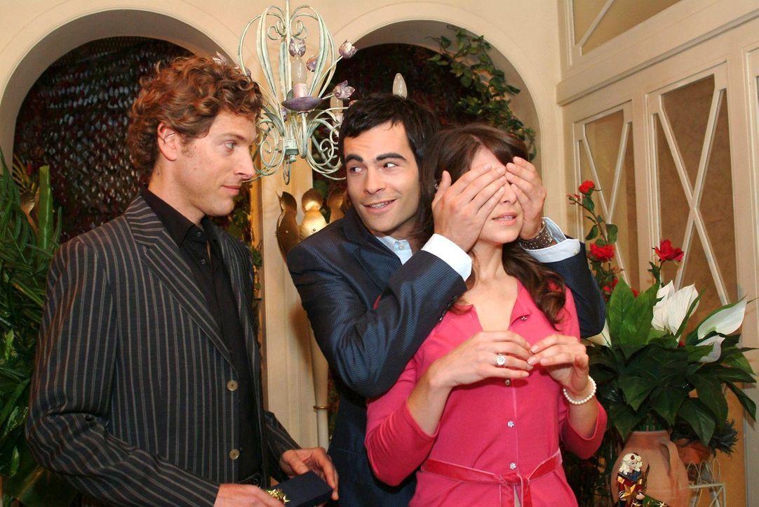 Auf der Weihnachtsfeier überrascht David (Mathis Künzler, M.) Mariella (Bianca Hein, r.) damit, dass er Lars (Clayton M. Nemrow, l.) eingeladen hat. - Bildquelle: Monika Schürle Sat.1