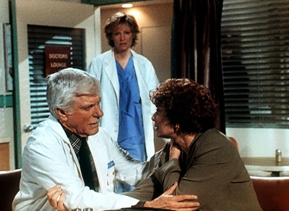 Dr. Mark Sloan (Dick Van Dyke, l.) tröstet die Krankenschwester Jane (Tricia O'Neil, r.), die gerade erfahren hat, dass ihr verschwundener Liebhaber... - Bildquelle: Viacom