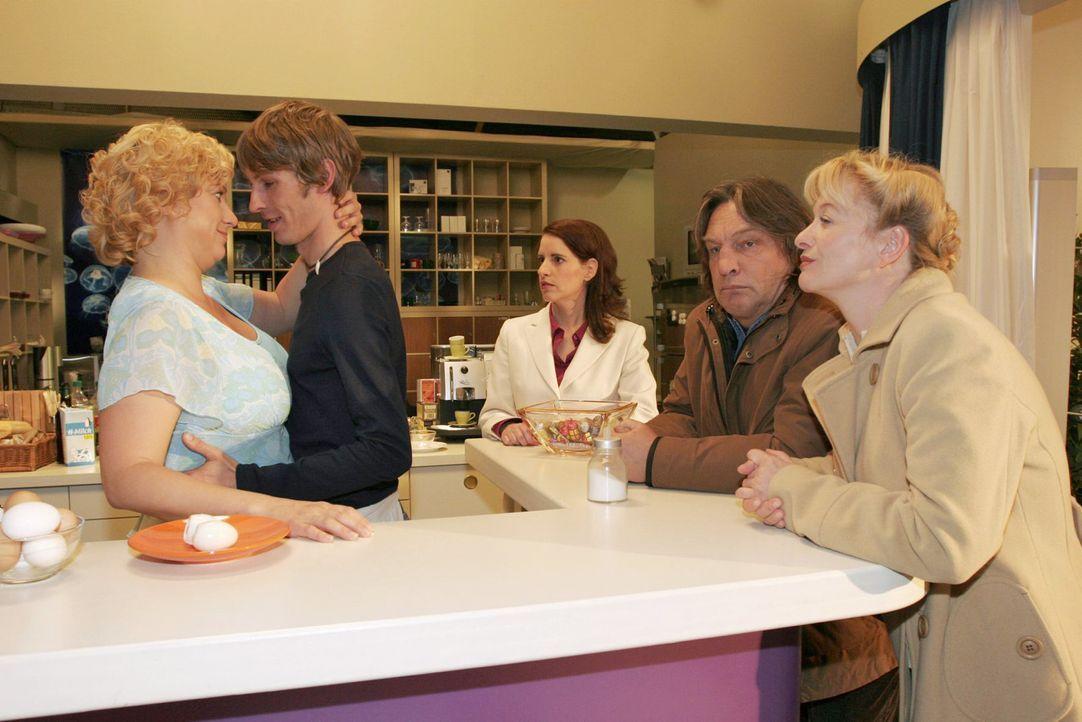 Agnes (Susanne Szell, l.) traut sich endlich, ihr Verhältnis mit Boris (Matthias Rott, 2.v.l.) auch vor Inka (Stefanie Höner, M.), Bernd (Volker H... - Bildquelle: Noreen Flynn Sat.1
